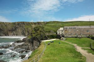 The Hartland Quay Hotel & Wreckers Bar right beside the water in North Devon